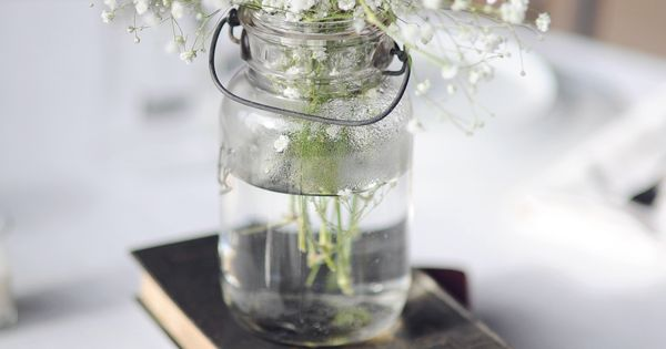 This is a very simple but elegant centerpiece idea you