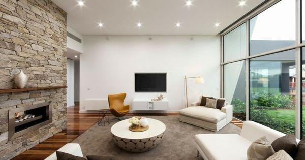 Helles Wohnzimmer im Weiß und Grau mit Steinwand Wohnzimmer ...