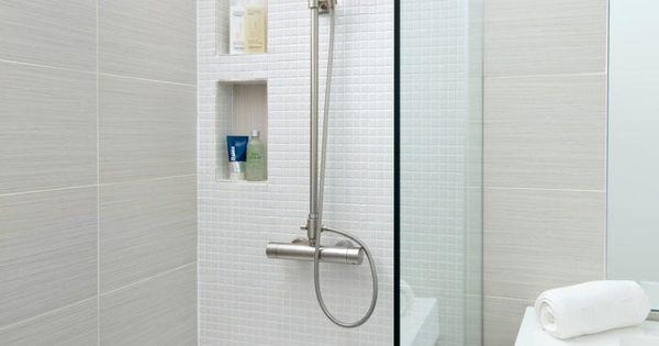 Petite salle de bains claire avec un carrelage mural en for Petite salle de bain carrelage gris