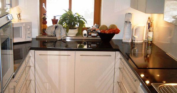 Küche in weiß #Hochglanz mit schwarzer #Steinarbeitsplatte L+S - k che wei hochglanz