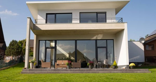 modernes haus mit offenem gro en raum in nrw doppelgarage moderne h user und einfamilienhaus. Black Bedroom Furniture Sets. Home Design Ideas