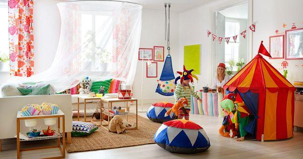 Barn leker cirkus i ett ikea vardagsrum new home - Juego de decorar casas completas ...