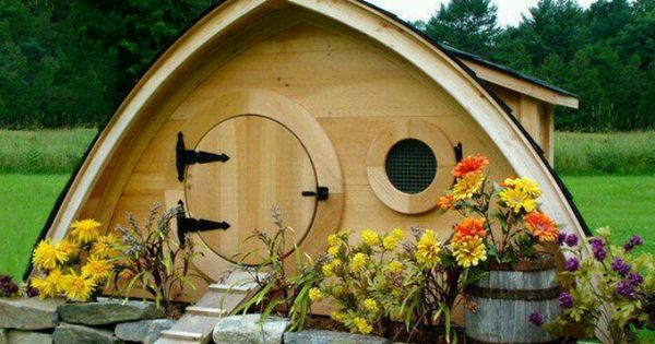 HOBBIT HOLE CHICKEN COOP! Would make a cool dog house too!
