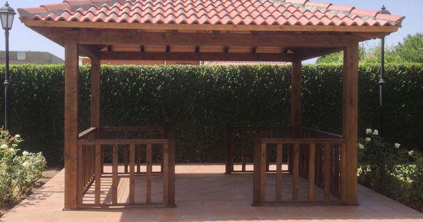 Porche de madera a 4 aguas con balaustrada o barandilla de for Tejados de madera a 4 aguas