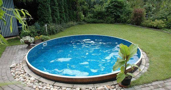 construire sa piscine extérieure de forme ronde entourée de galets, Terrassen ideen