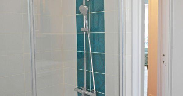 Salle de bains blanche baignoire carreaux blancs avec for Salle de bain bleu turquoise