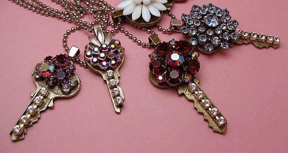 DIY Jewelry | NECKLACE :: Vintage Key Necklace :: Cute idea for