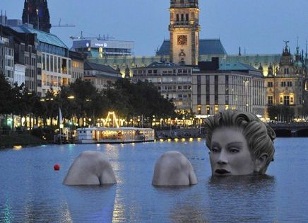This is amazing! Badenixe (bathing beauty) sculpture in Hamburg, Germany! badenixe bathingbeauty