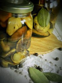 W Taki Sposob Marynowane Grzybki Chyba Lubie Najbardziej Dla Mnie To Najbardziej Tradycyjny Sposob Przygotowania Sa Jedrne I Soczyste I Cooking Food Tapas