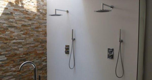 Badkamer in een souterrain met dubbele douche en wanden van stucwerk licht komt door een - Winkelruimte met een badkamer ...