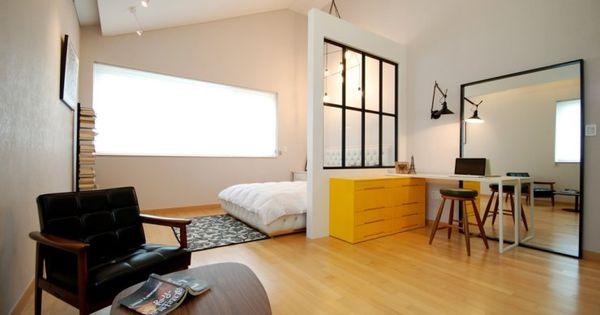 높은 천장이 유난히 빛나는 공간입니다. 창문이 달린 가벽을 ...
