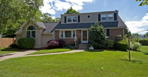 House For Sale At 3 Chapin Ct West Islip Ny 11795 Zaglist Com House Apartments For Rent House Styles