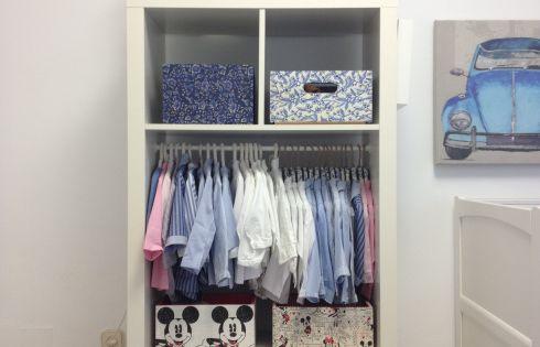 Organizar los armarios de ni os y beb s vitrinas trucos - Organizar armario ikea ...