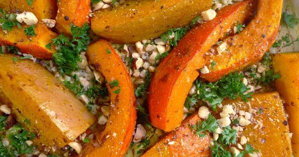 Gril stukken pompoen in de oven en maak er een dressing bij van citroen olijfolie hazelnoten - Maak een dressing ...