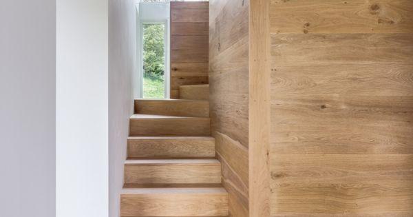 escalier quart tournant haut, lambris mural et plancher massif  I ...