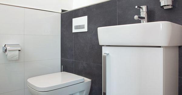 fliesen im g ste wc bodenfliesen mit an der wand verlegt toller kontrast zur wei en keramik. Black Bedroom Furniture Sets. Home Design Ideas