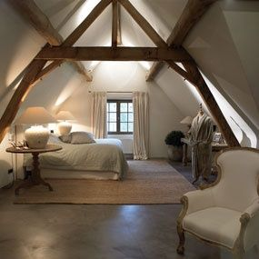 Rustic Wood Beams And Columns In Bedroom With Vaulted Ceiling Bedroom Loft Attic Design Attic Rooms