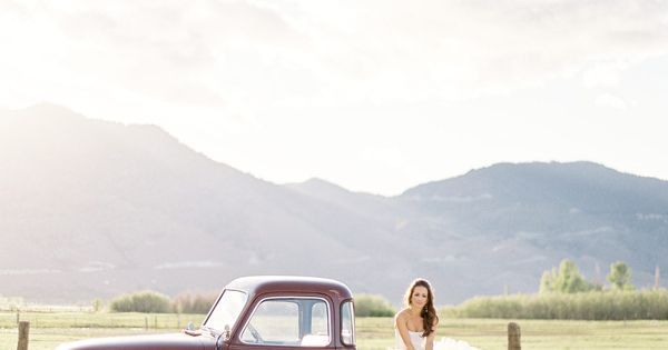 country wedding photo. I have to have this or an old car