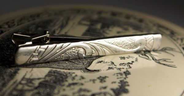 Vintage tie bar or tie clip. Tooled leather look face design in silver. Innovative clamp hardware. ModernRenaissanceMan | See more about Tie Clips, Tooled Leather and Ties.