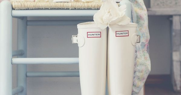 Jazzing up some Hunter rainboots for an outdoor wedding. Cute!