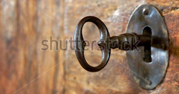 Closeup Of An Old Keyhole With Key On A Wooden Antique Door By Anna Mari West Via Shutterstock Nokkel Vektor Illustrasjon