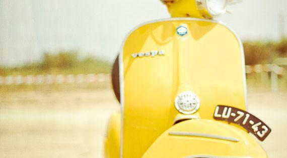 Jaune Vespa photographie Style Vintage Vespa jaune par hellotwiggs