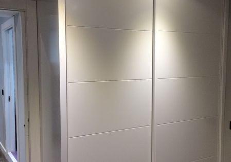 Fotograf a de armario empotrado de madera lacada blanca - Reformar armario empotrado ...