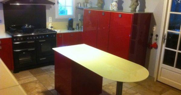 une cuisine rouge et moderne avec de nombreux rangements un lot et un piano