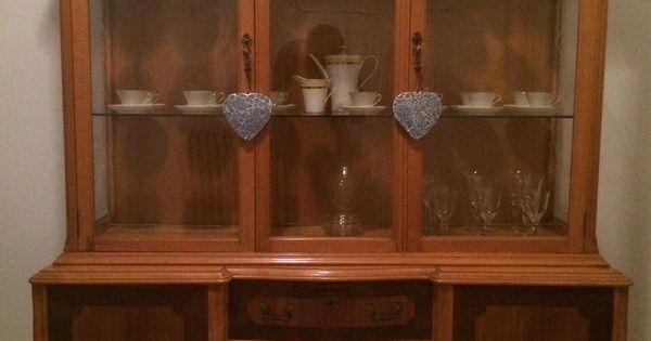 C mo renovar una vieja vitrina de madera restaurar for Como decorar una mesa de madera vieja