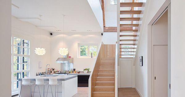 hohe decken und bodentiefe fenster in heller k che das. Black Bedroom Furniture Sets. Home Design Ideas