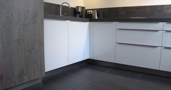 Moderne hoogglans keuken uitgevoerd in wit gecombineerd met wild eiken grijs met beton look - Idee deco keuken ...