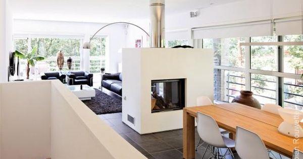 Salle manger moderne blanche avec chemin e int rieure centrale maison s - Construction cheminee interieure ...