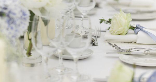 Tischdeko in Weiß und Flieder - perfekt für eine Frühlingshochzeit ...