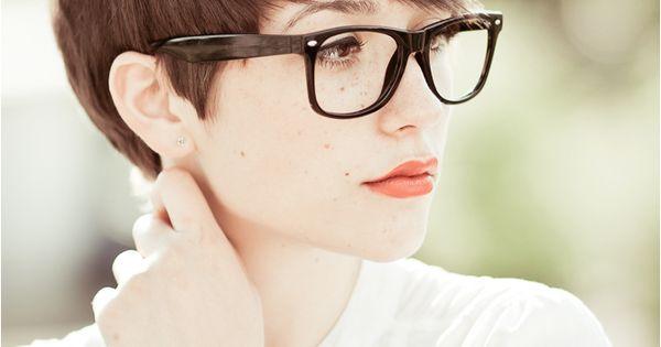 pixie cut kombiniert mit einer gro en brille fensterglas. Black Bedroom Furniture Sets. Home Design Ideas