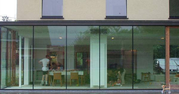 glazen achterkant en de strakke grote ramen op de bovenverdieping ...