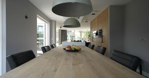 Massief eiken tafel in het verlengde van het kookeiland met een totale lengte van 6 meter - Kookeiland tafel ...