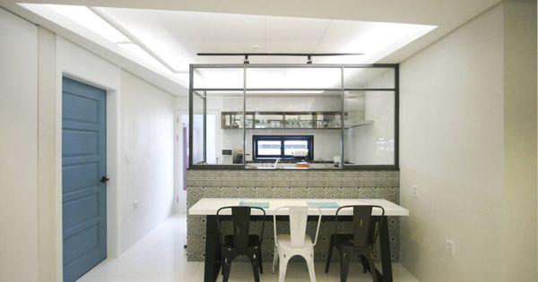 고가구가 어우러진 현대적인 아파트  부엌, 싱크대 및 디자인