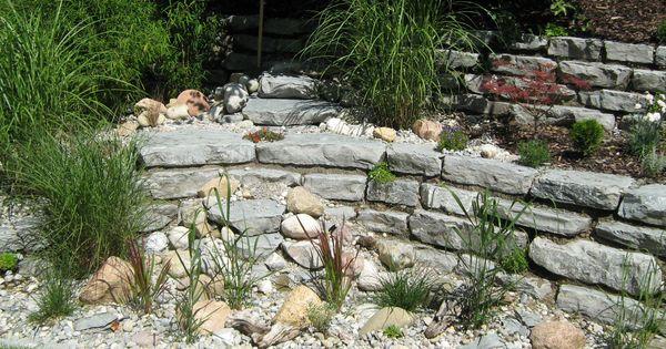 in trockenmauer integriertes rieselbeet mit gräserbepflanzung, Gartengestaltung