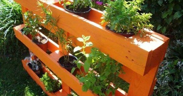 Jardin suspendu sur palette decoration jardin deborde pinterest mobilier de jardin - Jardin suspendu palette ...