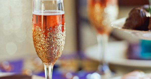 DIY. Wedding crafts. How adorable are these Glitter Champagne Flutes that @Farima