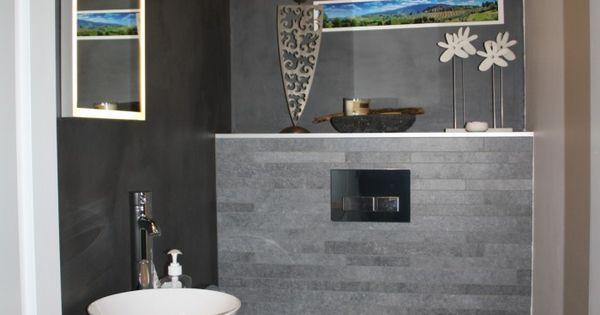 Gasten wc met grijze tegels twee muren met divisorio betonlook en 1 muur wit geverft djs - Wc muur tegel ...