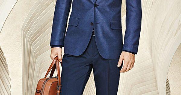 blauer anzug mit hemd und braune tasche f r herren. Black Bedroom Furniture Sets. Home Design Ideas