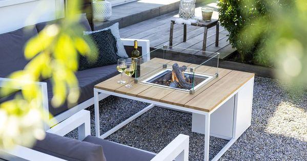 Moderne Und Geradlinige Loungemobel Kombiniert Mit Einzigartigem Feuertisch Aus Rustikalem Holz Und Schlichtem Aluminiu Gartenmobel Sets Feuertisch Gartenmobel