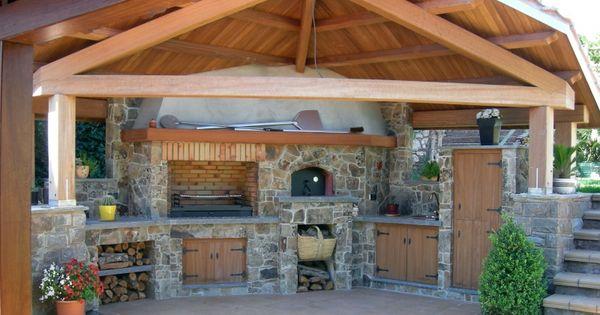 Cocina exterior con tejado a dos aguas en vigas de madera for Vigas de madera para jardin