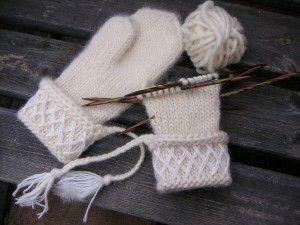 Vita Lovikkavantar | Marias garn | Stickade vantar, Knitting