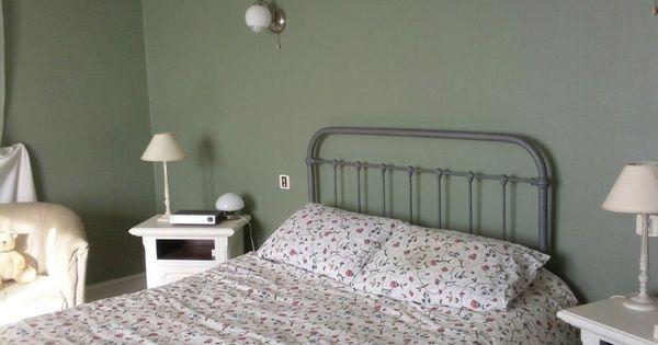 Chambre des murs couleur satinelle vert de gris tous les encadrements fen - Couleur de mur de chambre ...