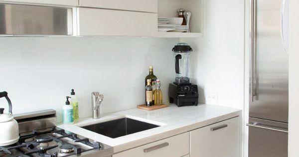 Electrodomesticos de acero en la cocina peque a moderna for Ver cocinas integrales modernas
