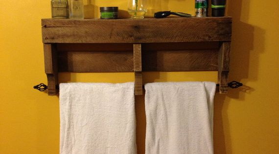 Reservedrustic pallet towel rack shelf by for Cuelga toallas bano