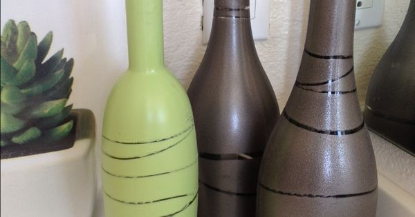 Wine bottles, rubber bands, and spray paint. Easy DIY craft for the