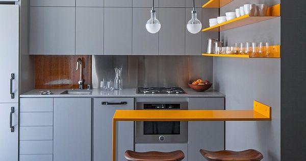 Referência minimalista no décor da cozinha. Para quebrar a seriedade do cinza,